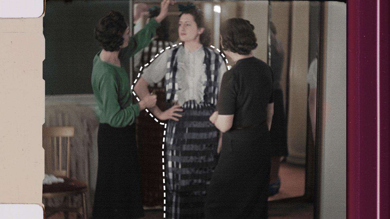 inside chanel - gabrielle chanel đang thiết kế trang phục cho diễn viên