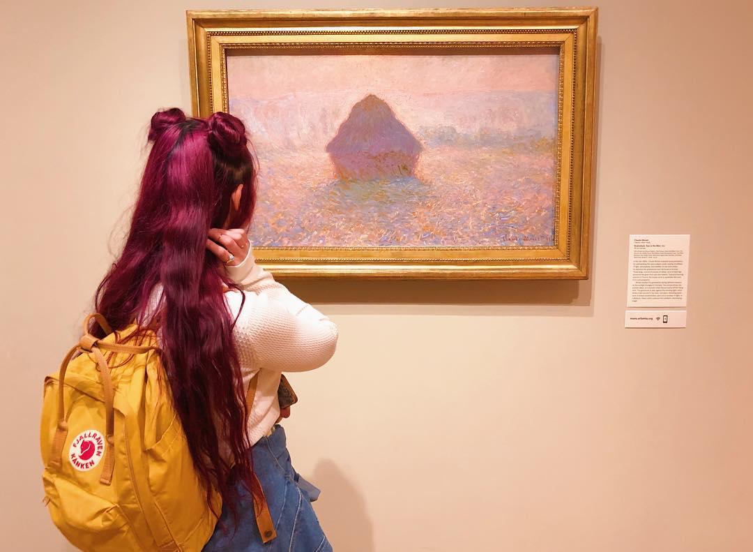 artsy aesthetic cô gái ngắm tranh trong bảo tàng