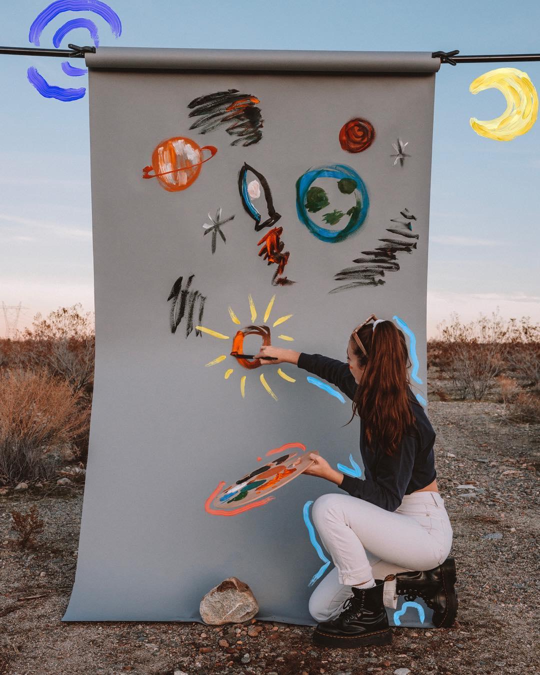 artsy aesthetic cô gái vẽ tranh giữa đồng