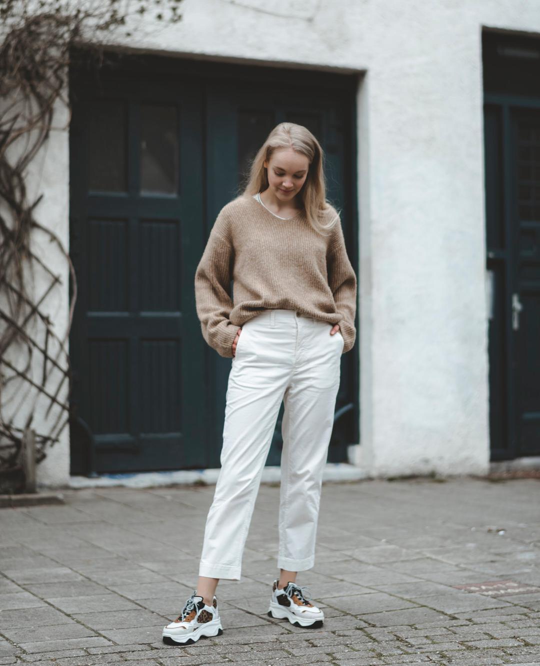 minimal aesthetic cô gái mặc áo len be quần vải trắng