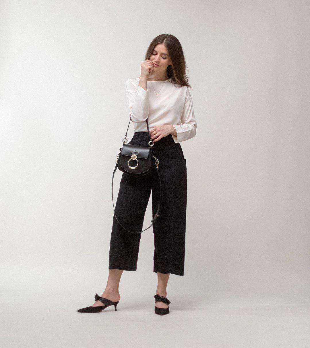 Cô gái mặc áo trắng, quần baggy đũi màu đen