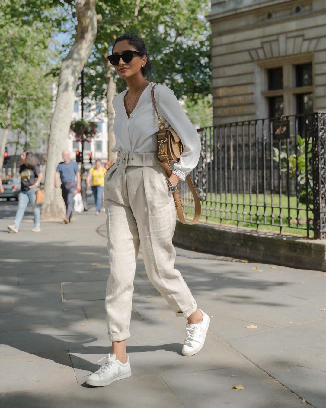 Cô gái mặc quần baggy đũi với áo sơ mi trắng đi làm