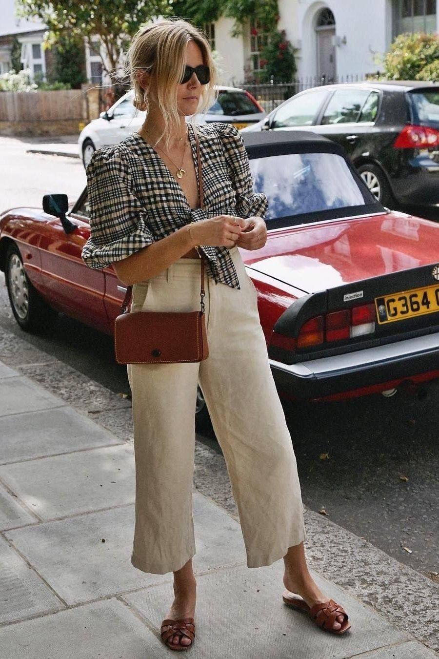 Cô gái mặc áo kẻ ô và quần baggy linen