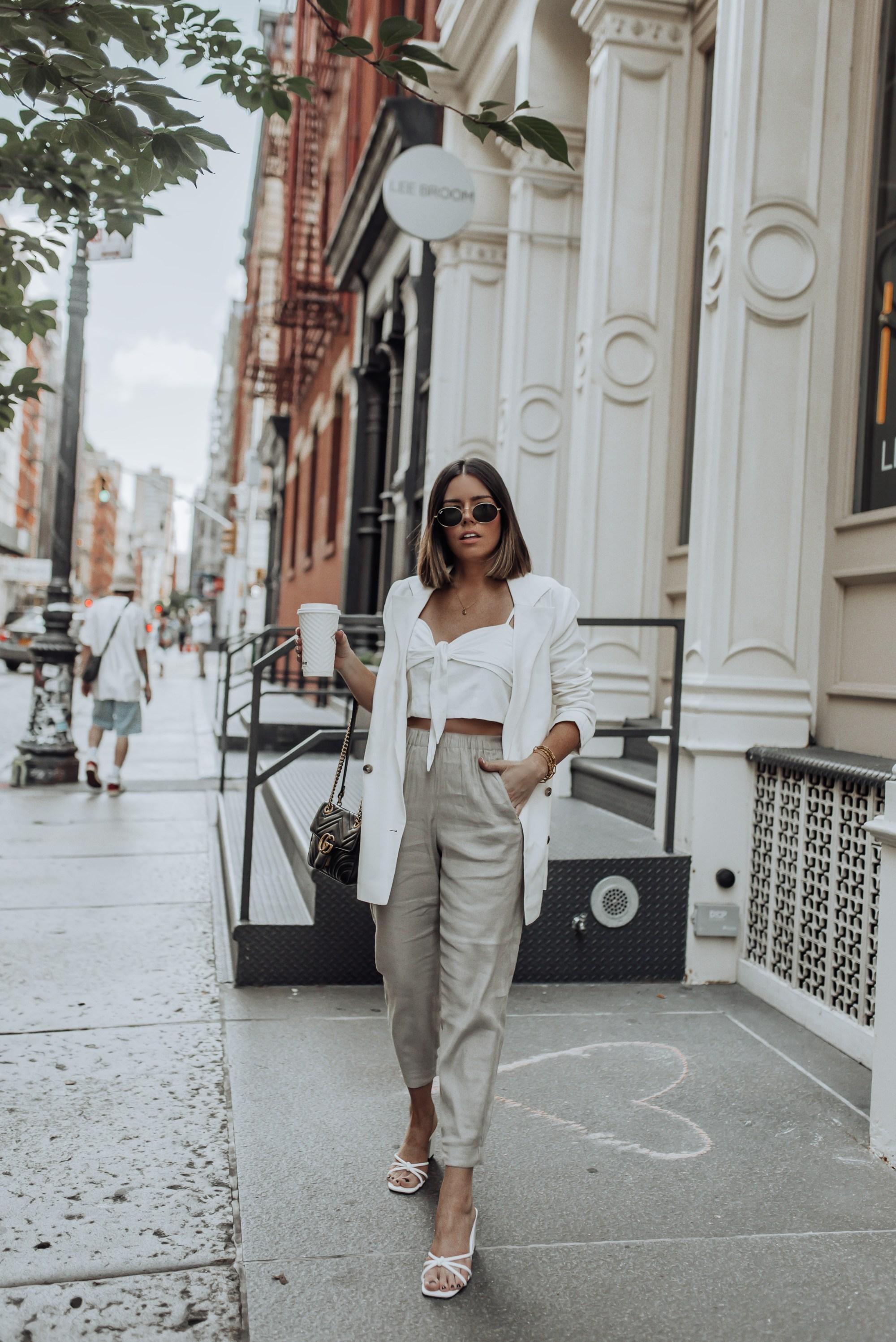 Cô gái mặc quâng baggy linen và áo crop-top trắng