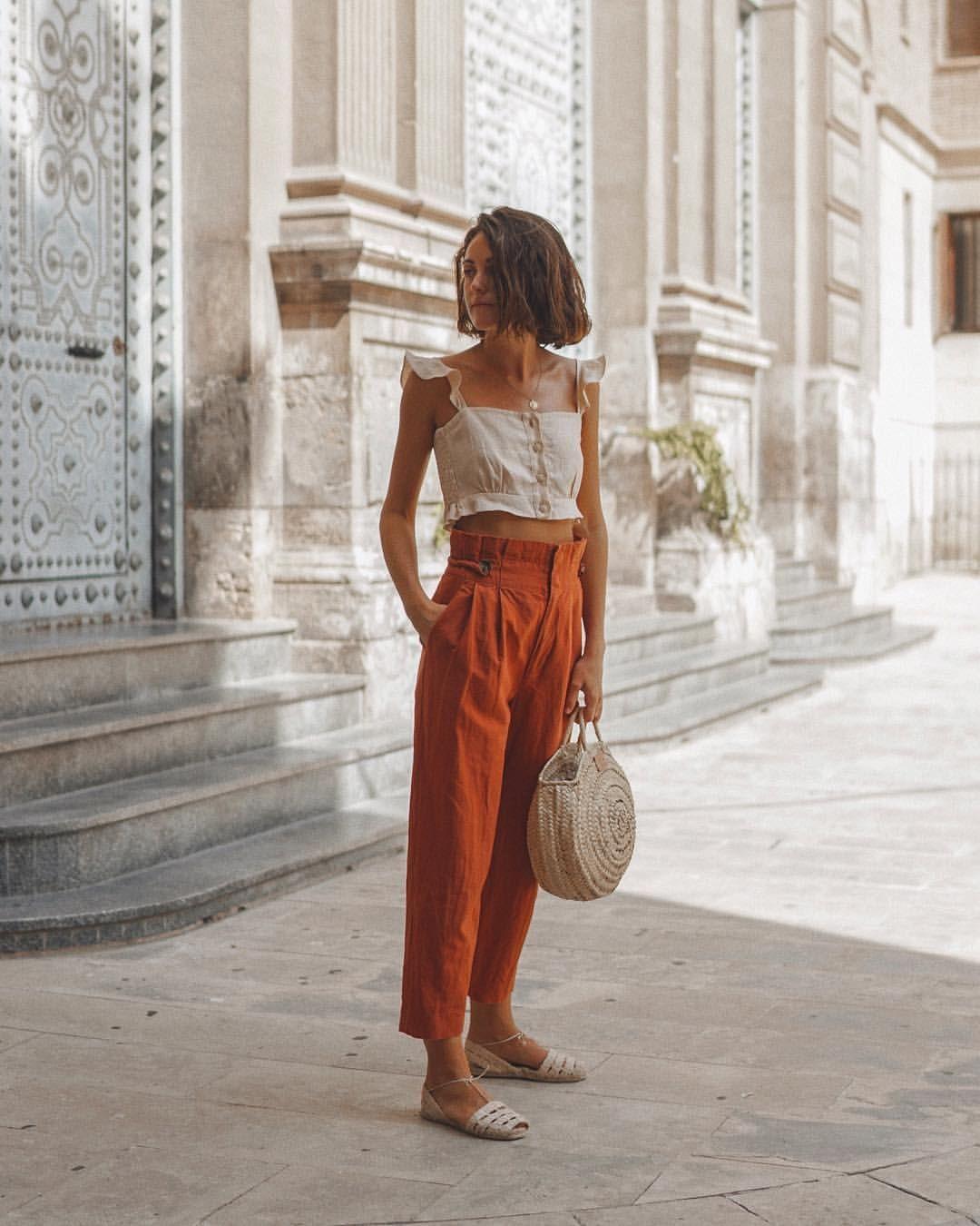 Cô gái mặc áo hai dây, quần baggy đũi màu cam đất