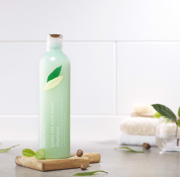 Dầu gội dịu nhẹ kết hợp thành phần bạc hà và trà xanh đảo Jeju giúp làm sạch sâu và cung cấp năng lượng cho da đầu.