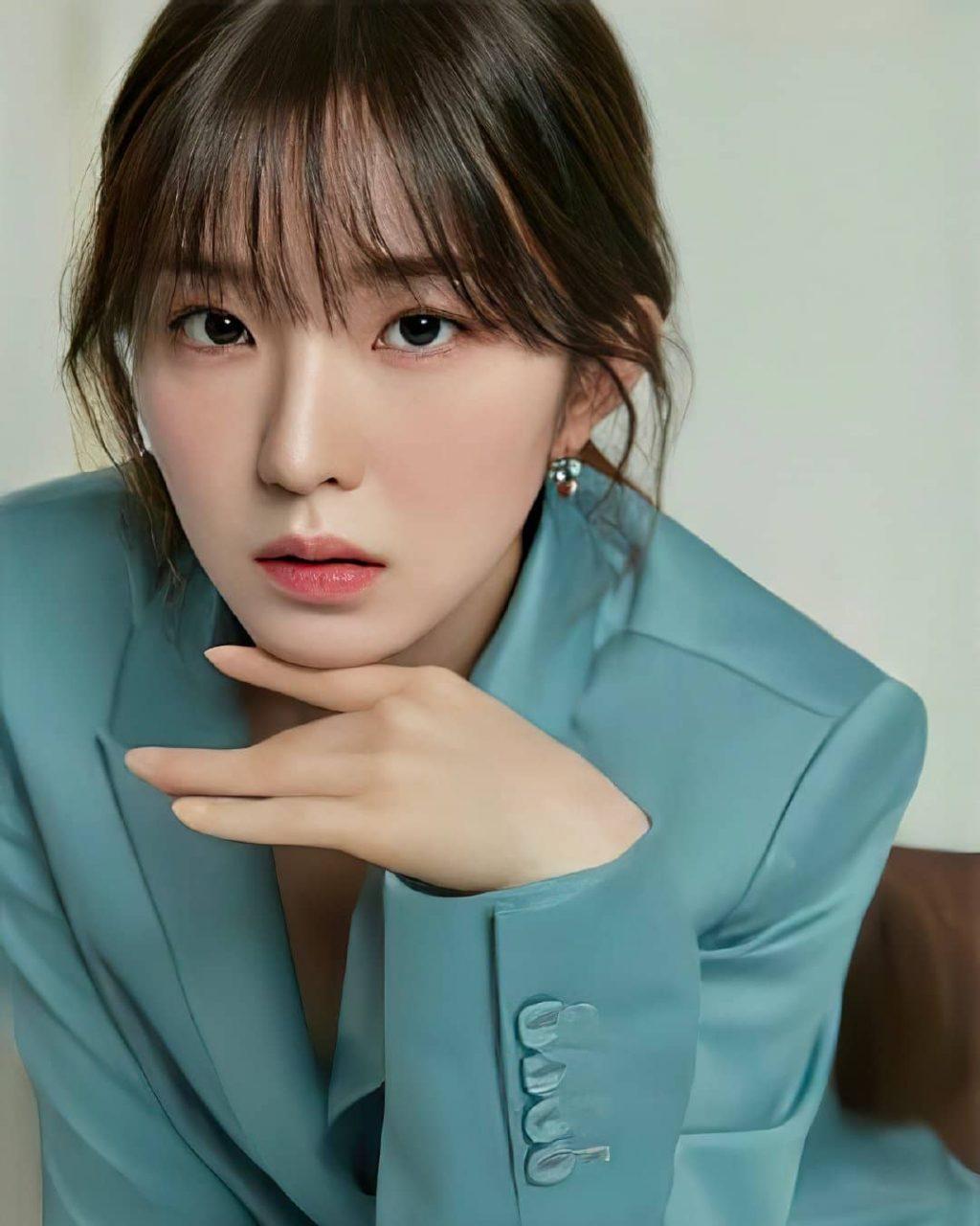 Irene mặc vest xanh.