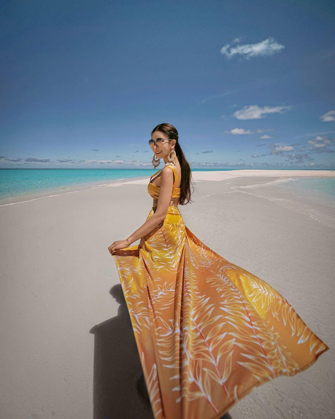 Phối đồ du lịch biển với đầm maxi họa tiết màu vàng