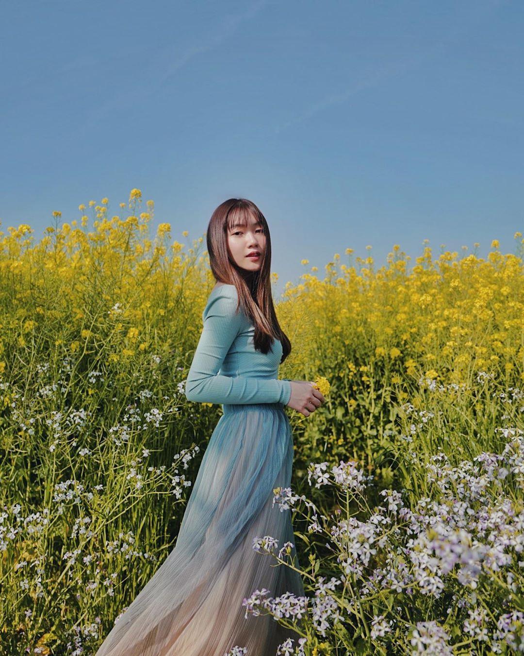 Phối đồ du lịch vùng ôn đới của Chloe Nguyễn với đầm voan pastel