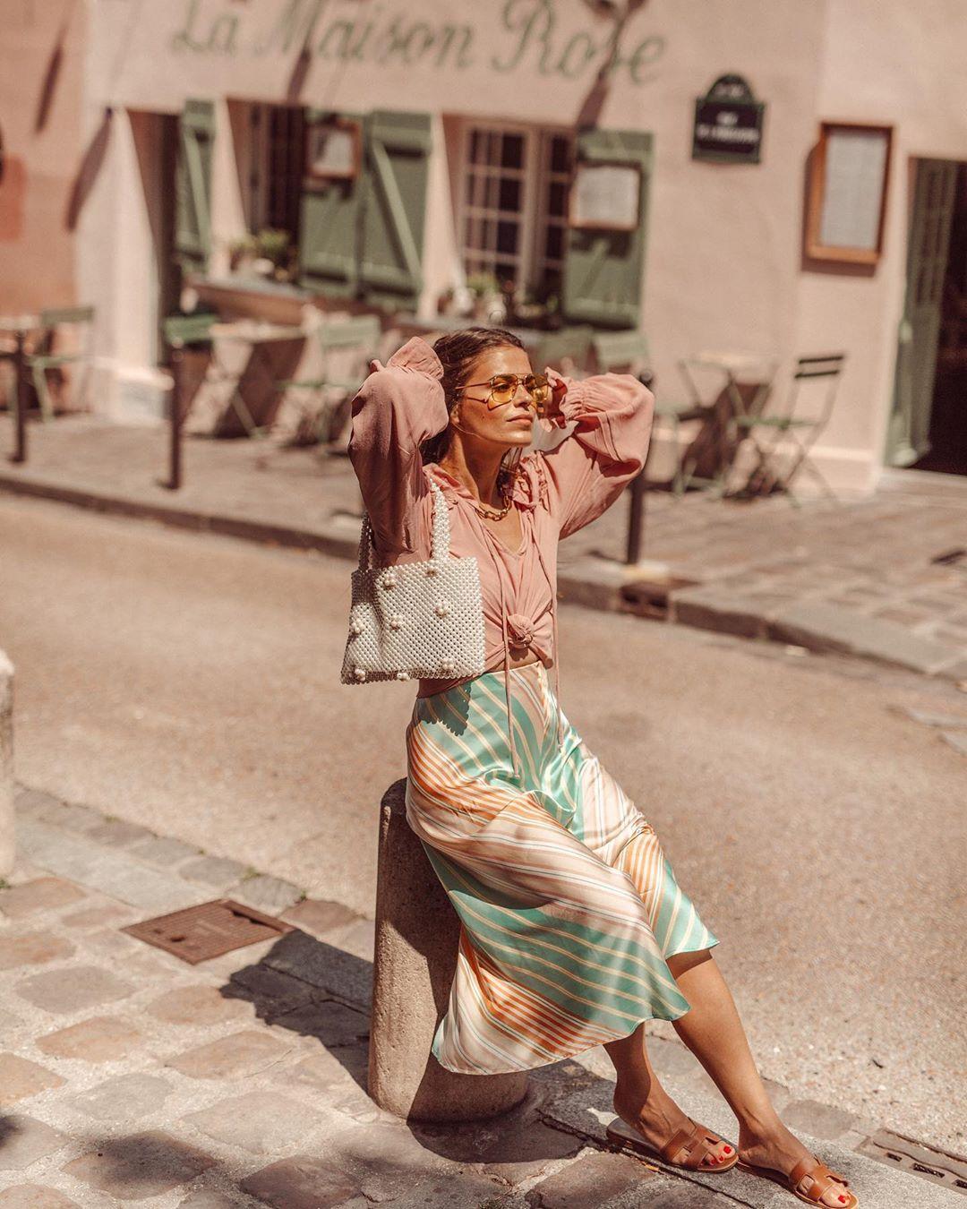 Cô gái mặc chân váy suông với áo sơ mi hồng