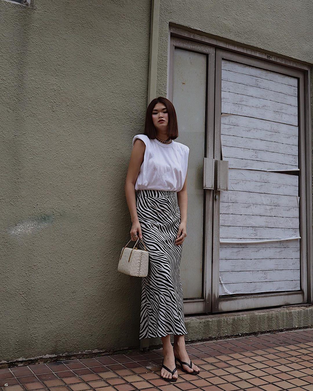Cô gái mặc áo thun trắng với chân váy suông họa tiết ngựa vằn