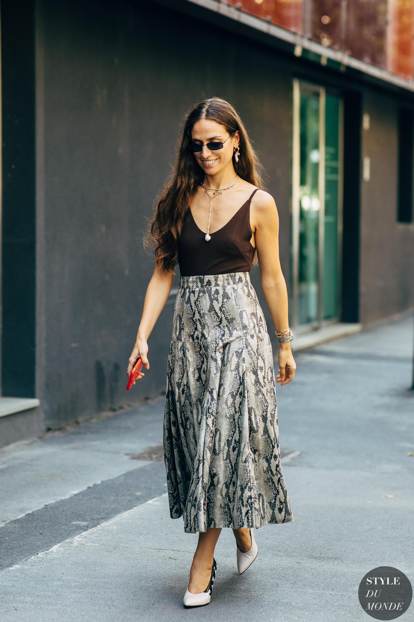 Fashionista mặc áo cami với chân váy suông họa tiết da rắn