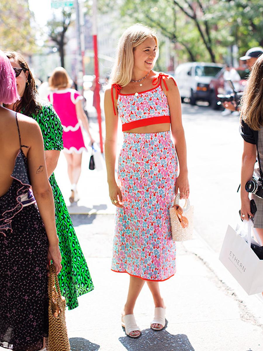 Cô gái mặc chân váy suông và áo hai dây in hoa đồng bộ