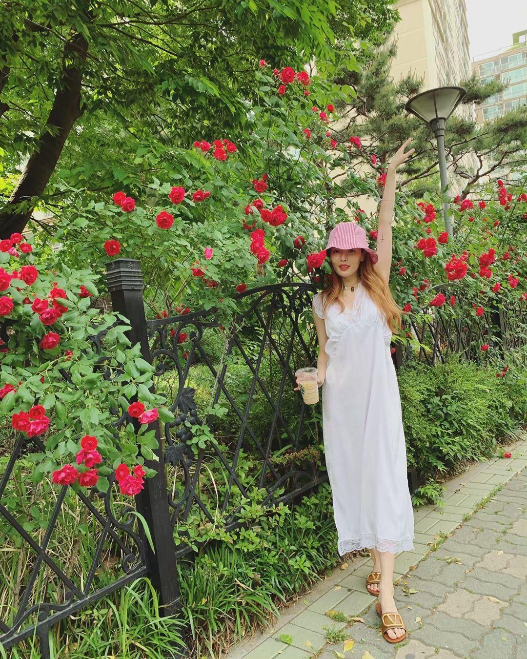 đầm maxi trắng dài mũ bucket màu hồng hyuna