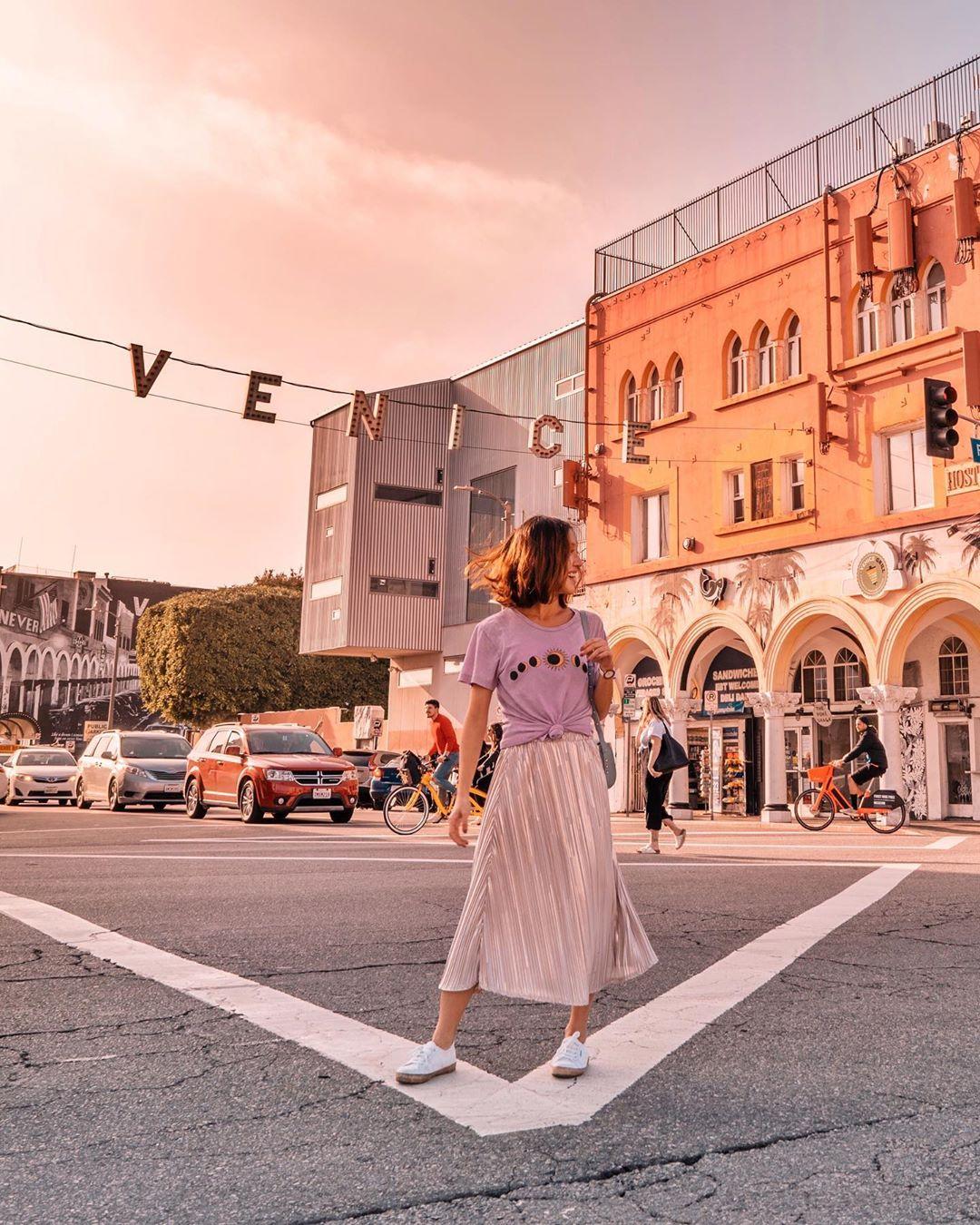 Phối đồ du lịch thành thị với chân váy suông và áo thun