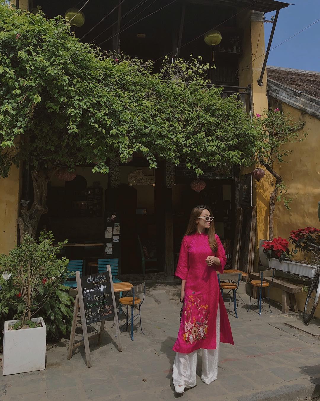 Phối đồ du lịch phố cổ như Yến Trang với áo dài màu hồng tía