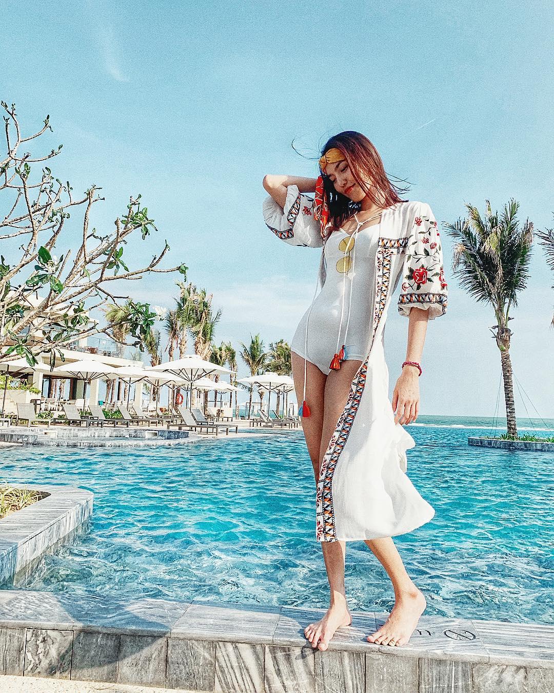 đồ bơi nữ một mảnh màu trắng mặc cùng áo khoác mỏng