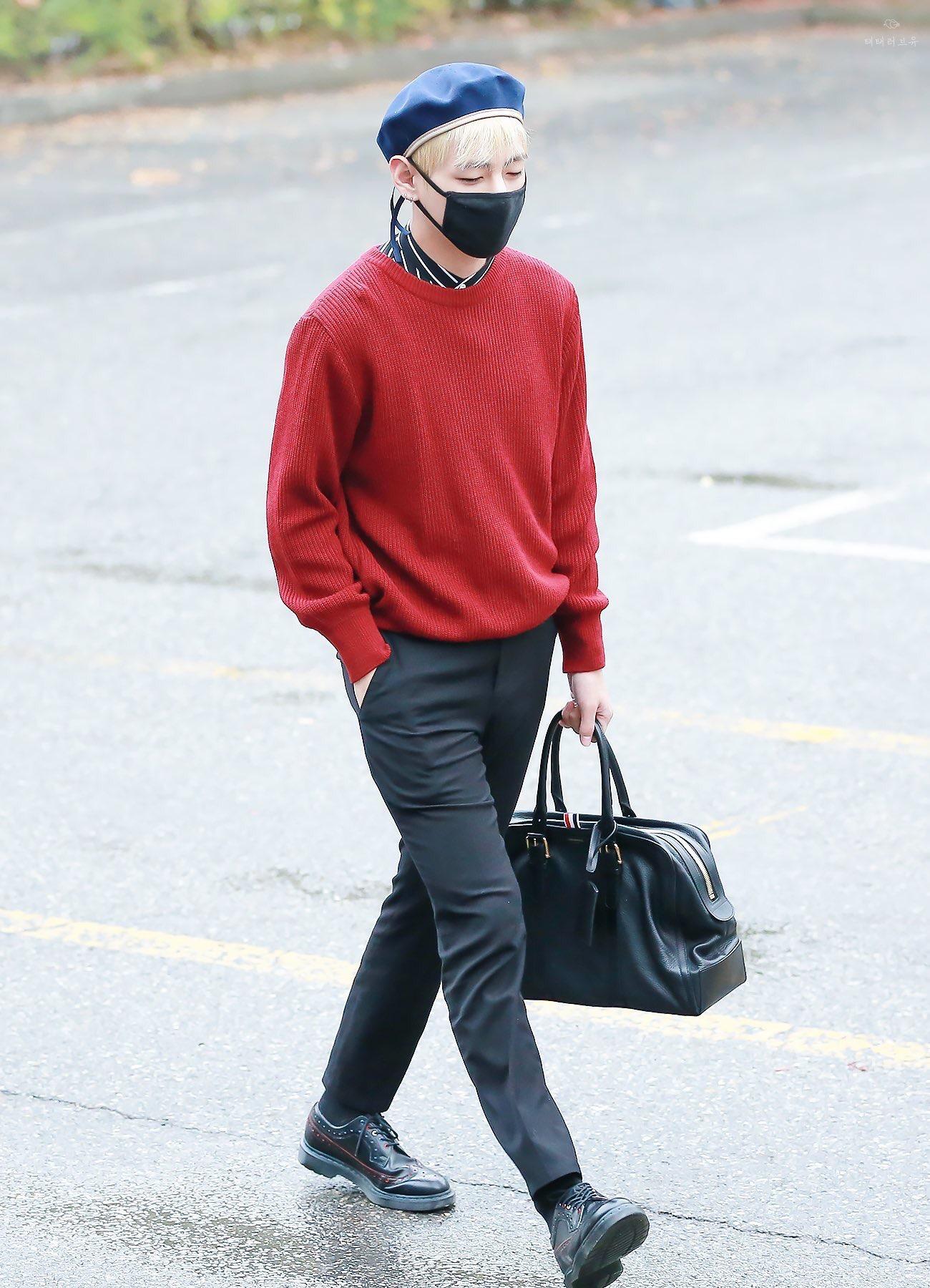 thời trang sao Hàn V mặc quần jeans và áo sweater