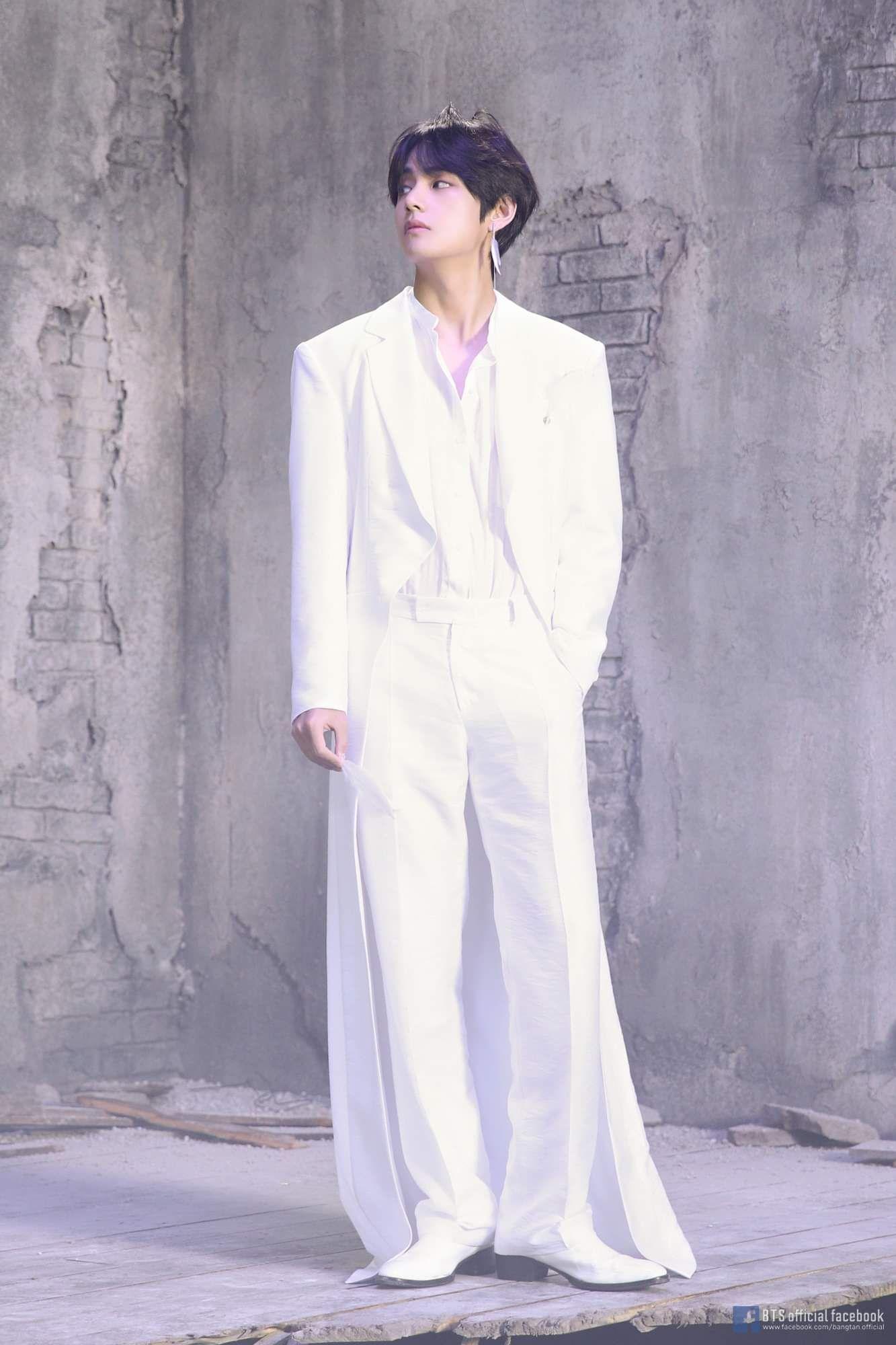 thời trang sao Hàn V mặc quần rộng và áo trắng