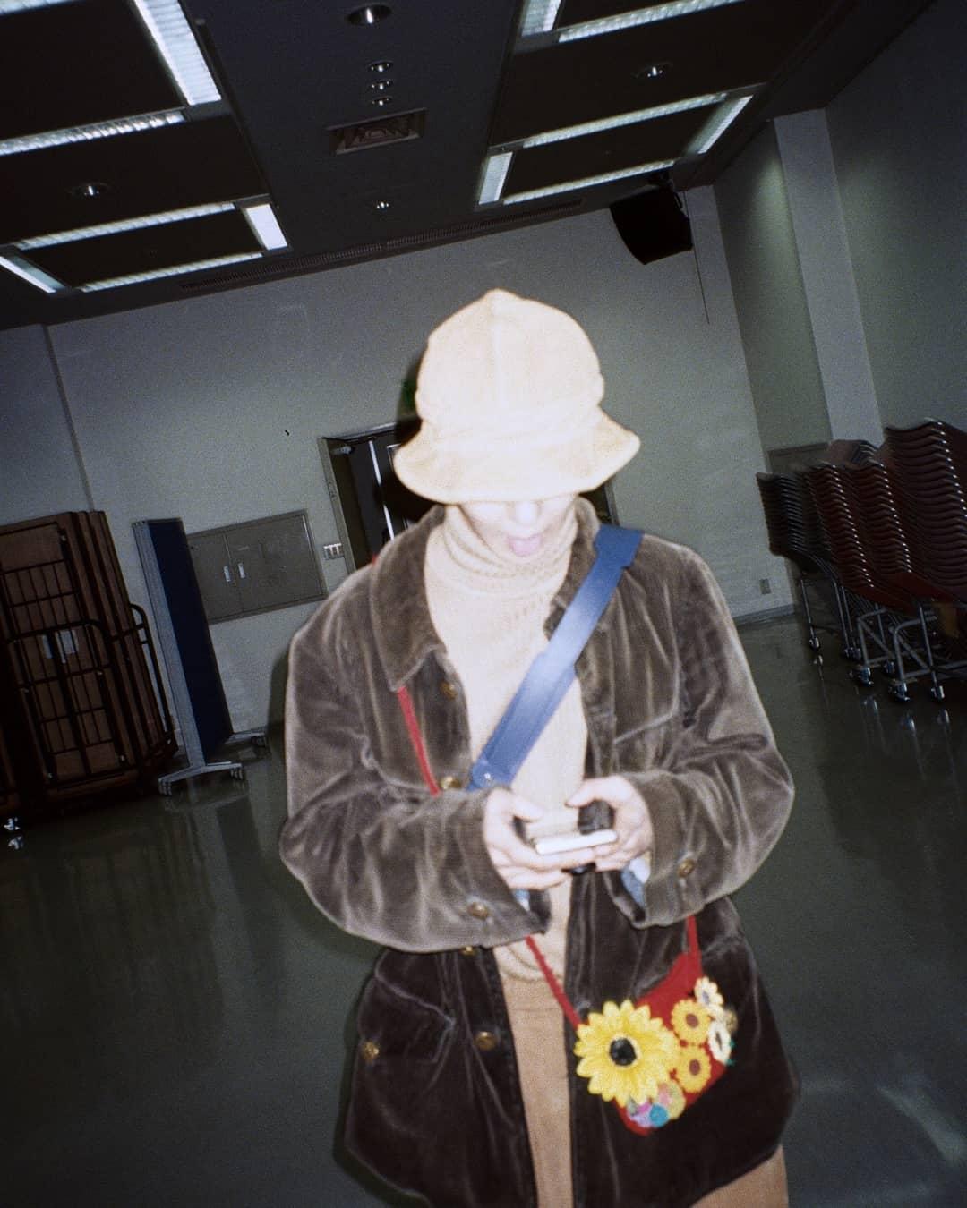 thời trang sao Hàn mino đeo túi chéo in hoa