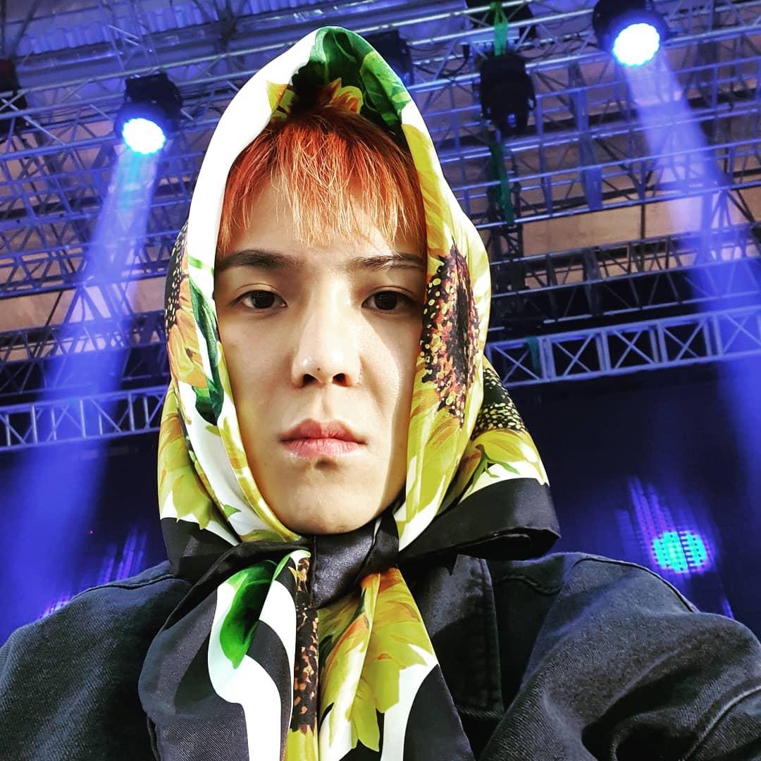 thời trang sao Hàn mino đội khăn trùm đầu