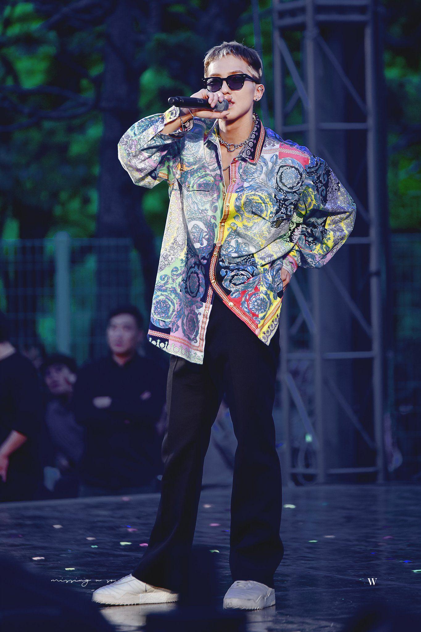 thời trang sao Hàn mino mặc áo sơ mi họa tiết