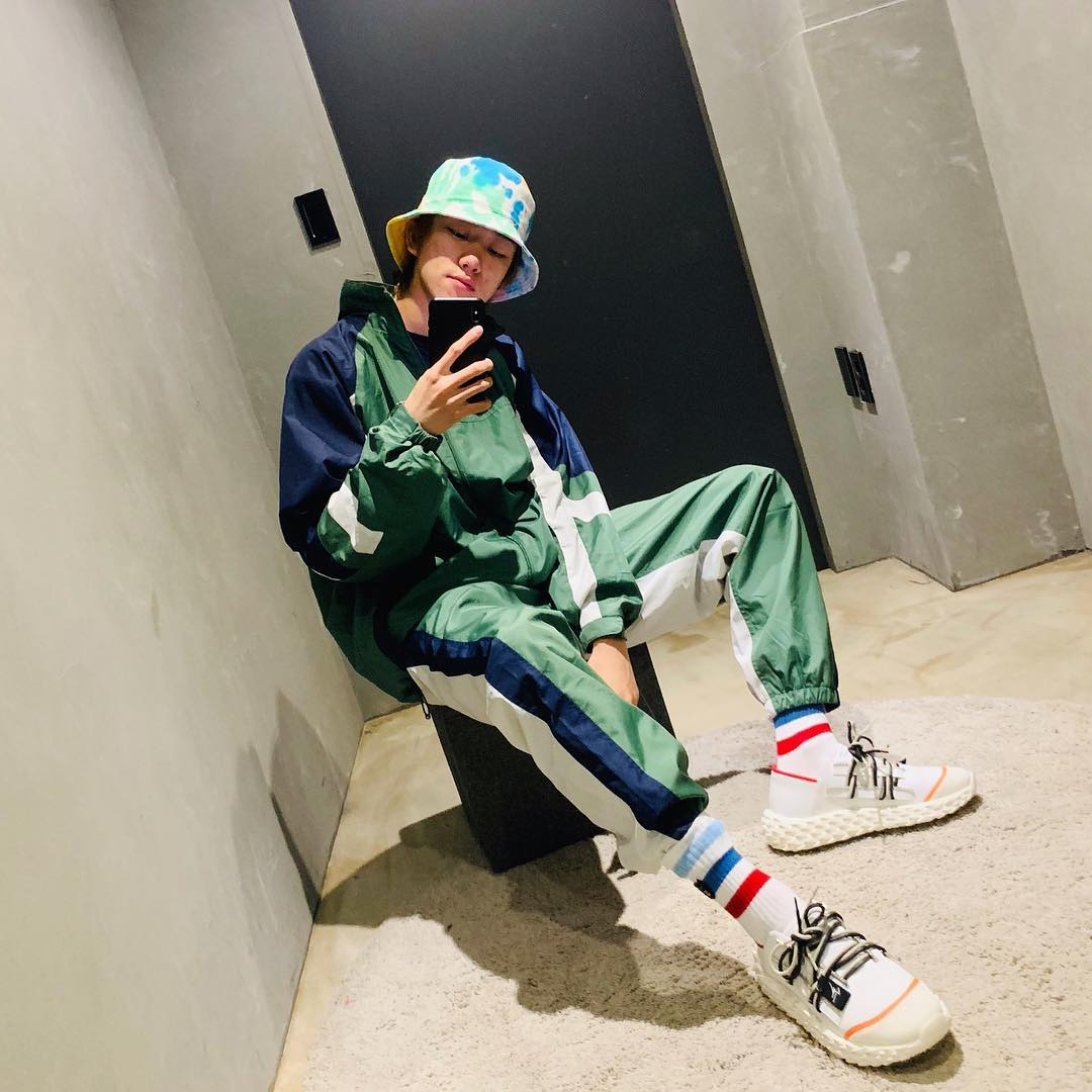 thời trang sao hàn the 8 mac trang phuc dong bo xanh la va phu kien mau sac