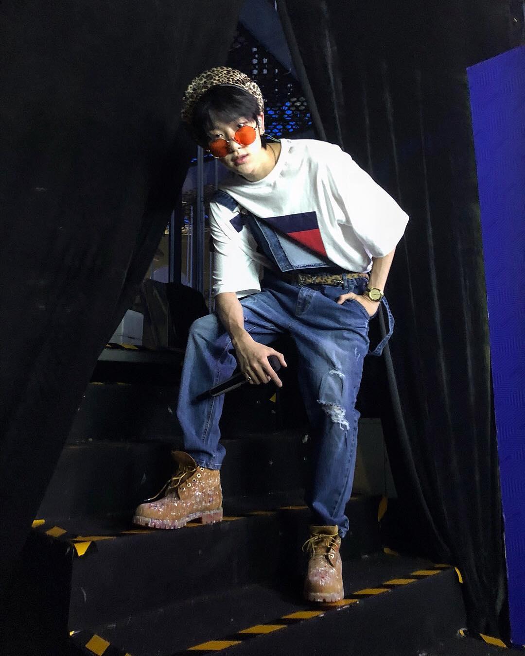 thời trang sao hàn the 8 mặc quần yếm jeans và ao thun tommy hilfiger