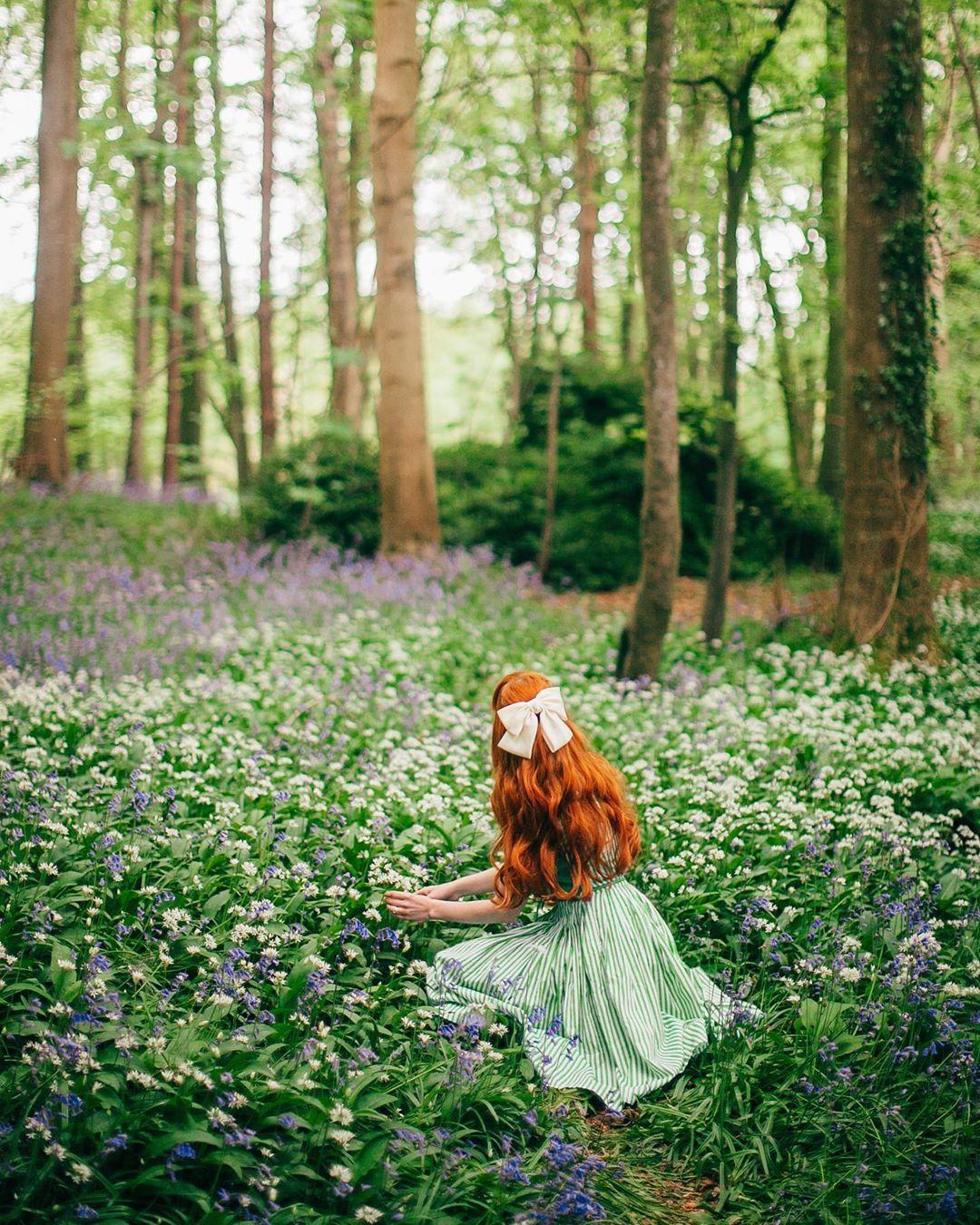 cô gái trên bãi cỏ