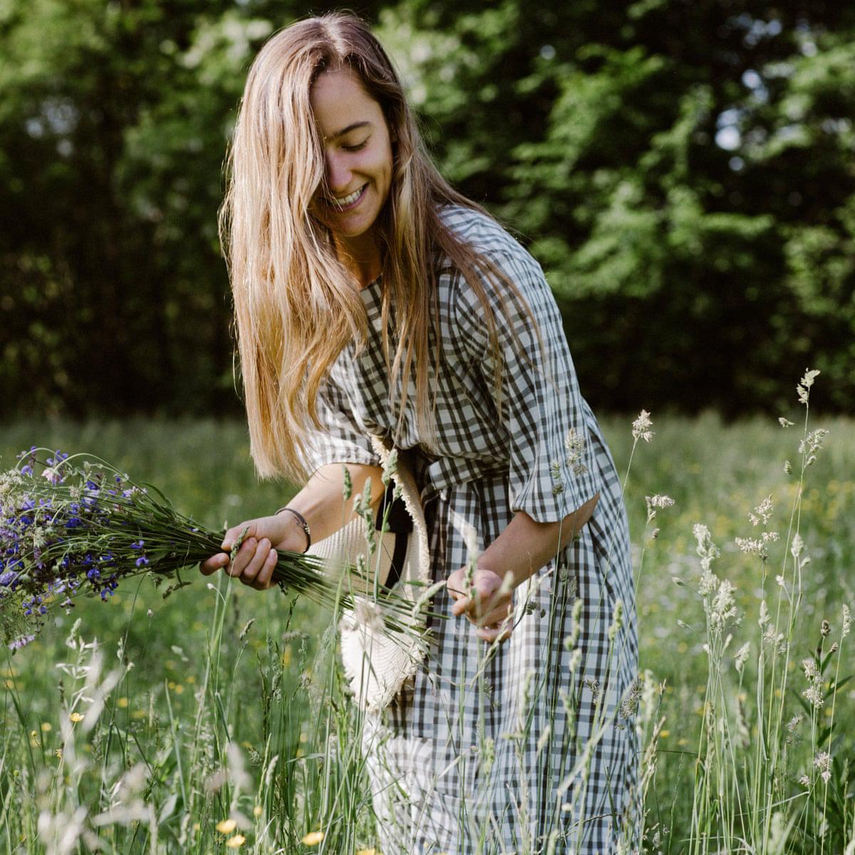 cô gái hái hoa dại