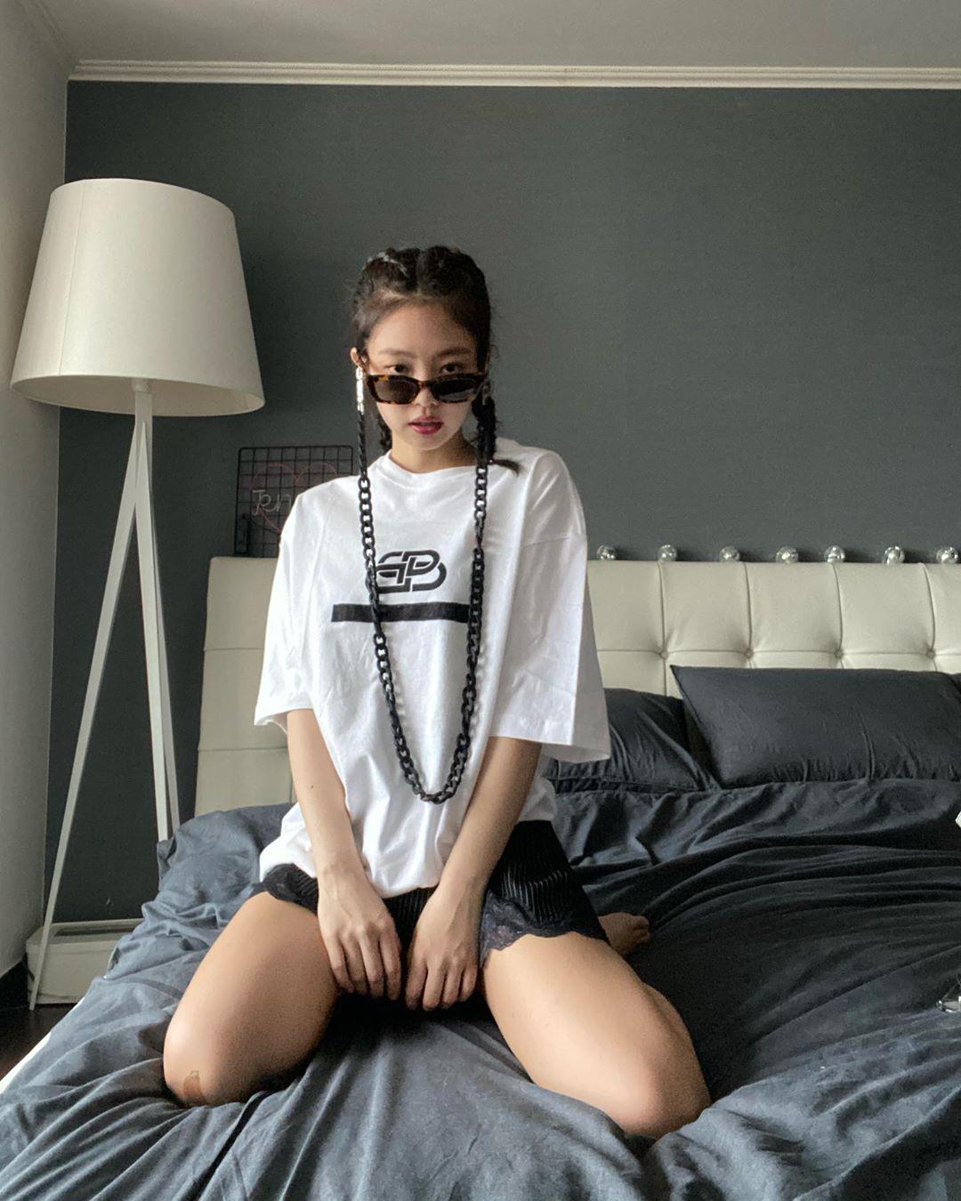 Jennie Kim đeo kính thời trang gắn dây xích nhựa