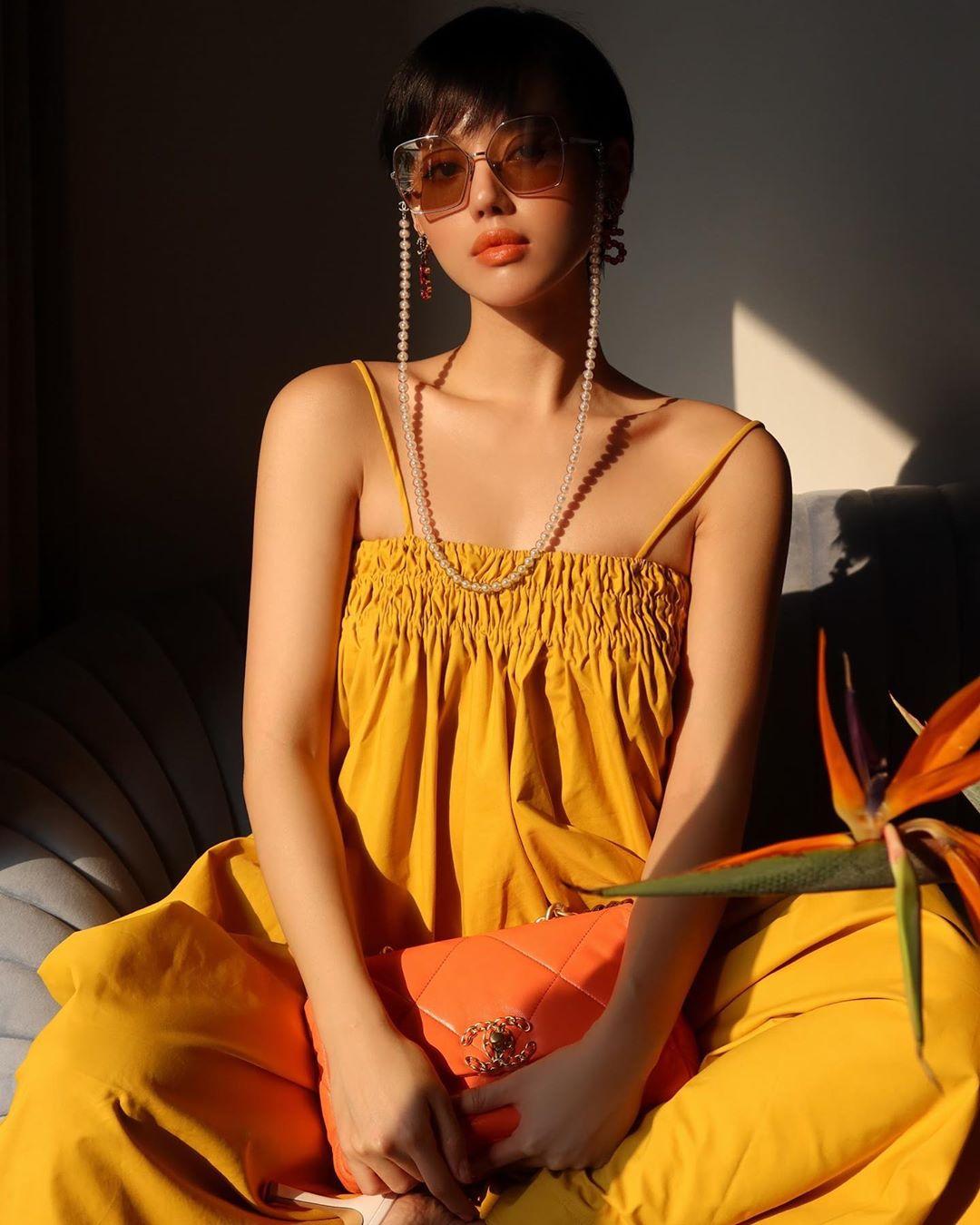 Khánh Linh đeo kính thời trang gắn dây ngọc trai