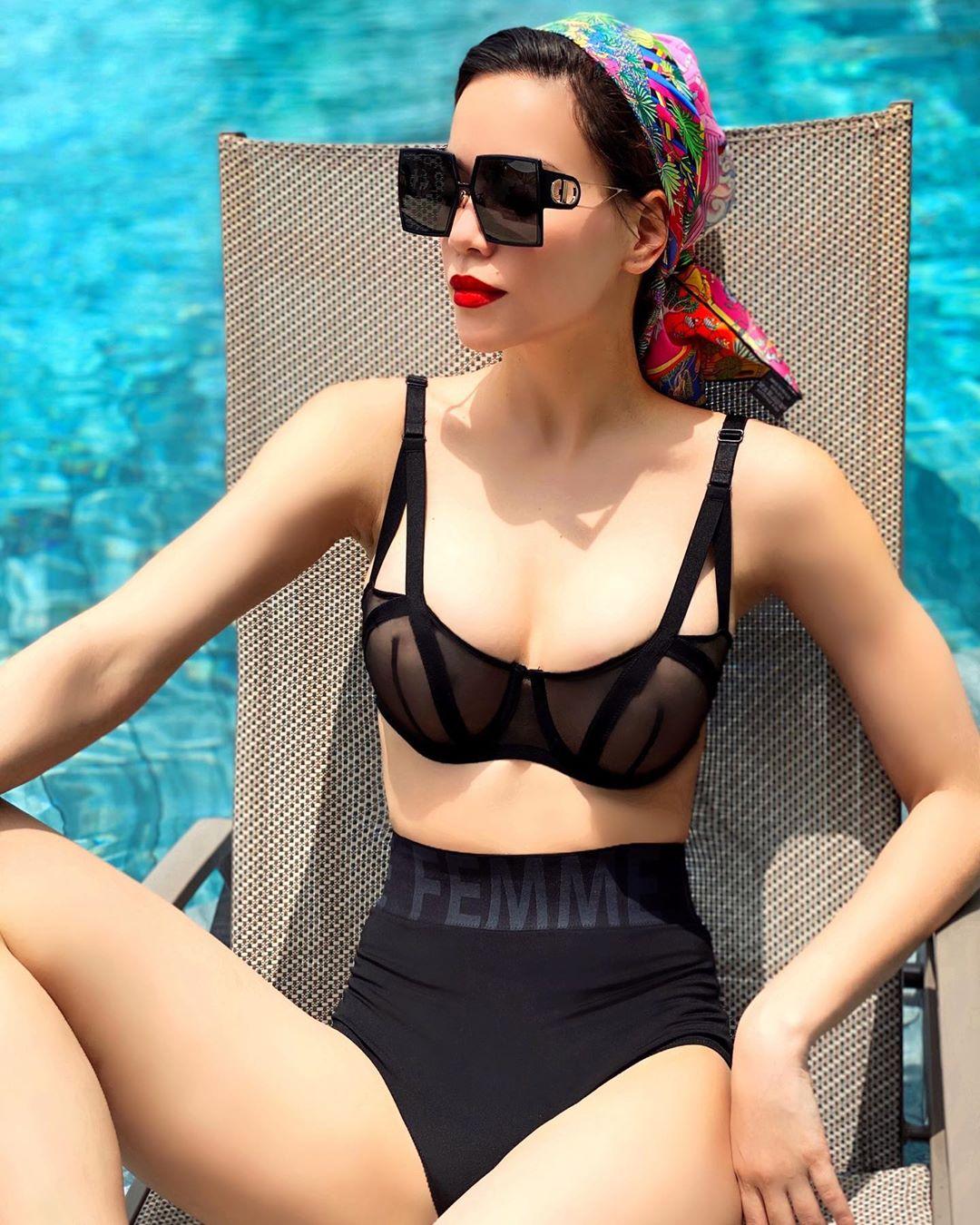 Hồ Ngọc Hà đeo kính thời trang to bản màu đen
