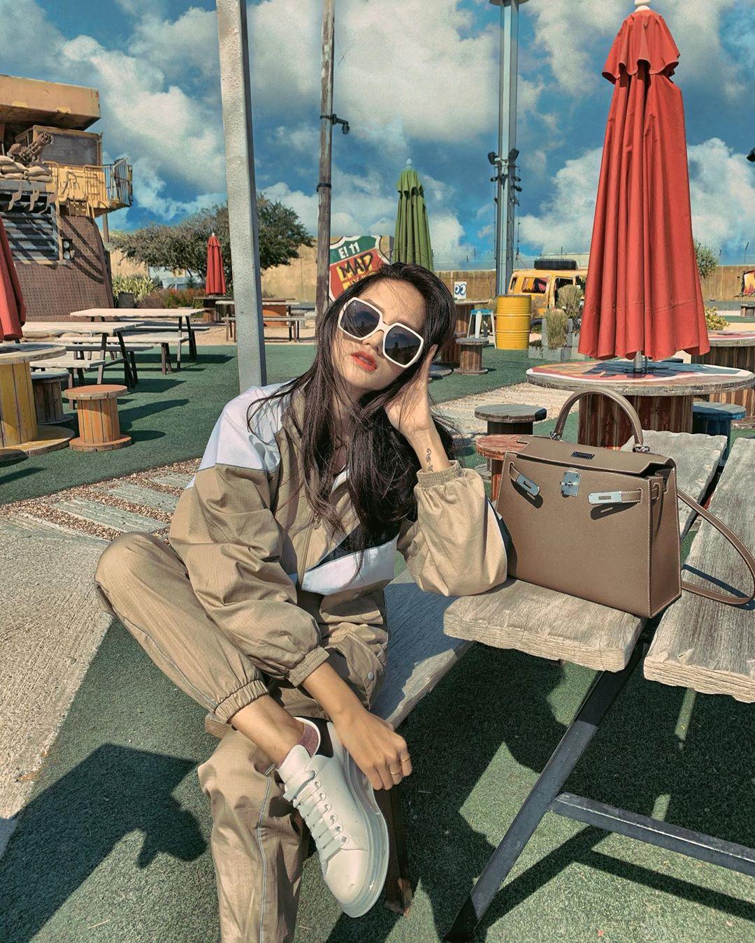 Hương Giang đeo kính thời trang to bản gọng trắng
