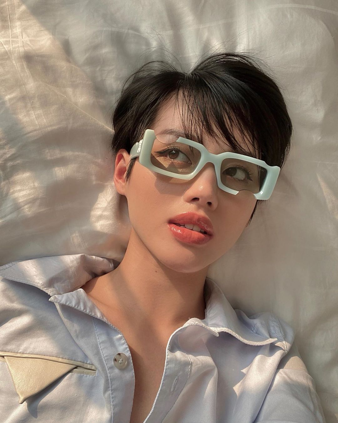 Khánh Linh đeo kính thời trang gọng cách điệu