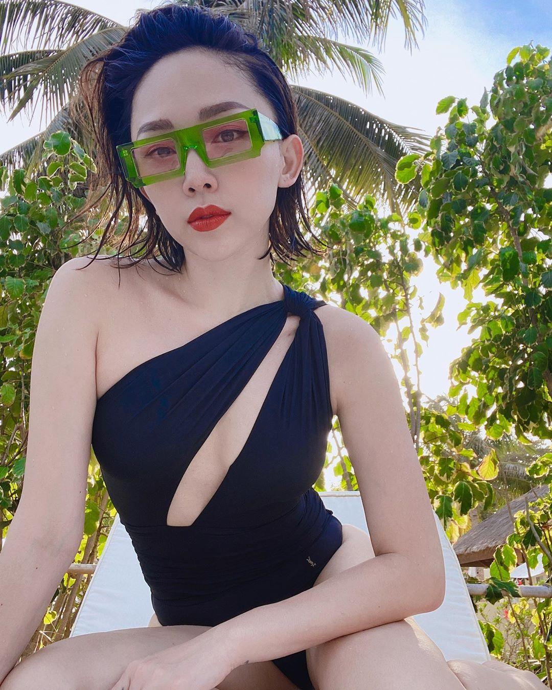 Tóc Tiên đeo kính thời trang gọng lớn màu xanh lá