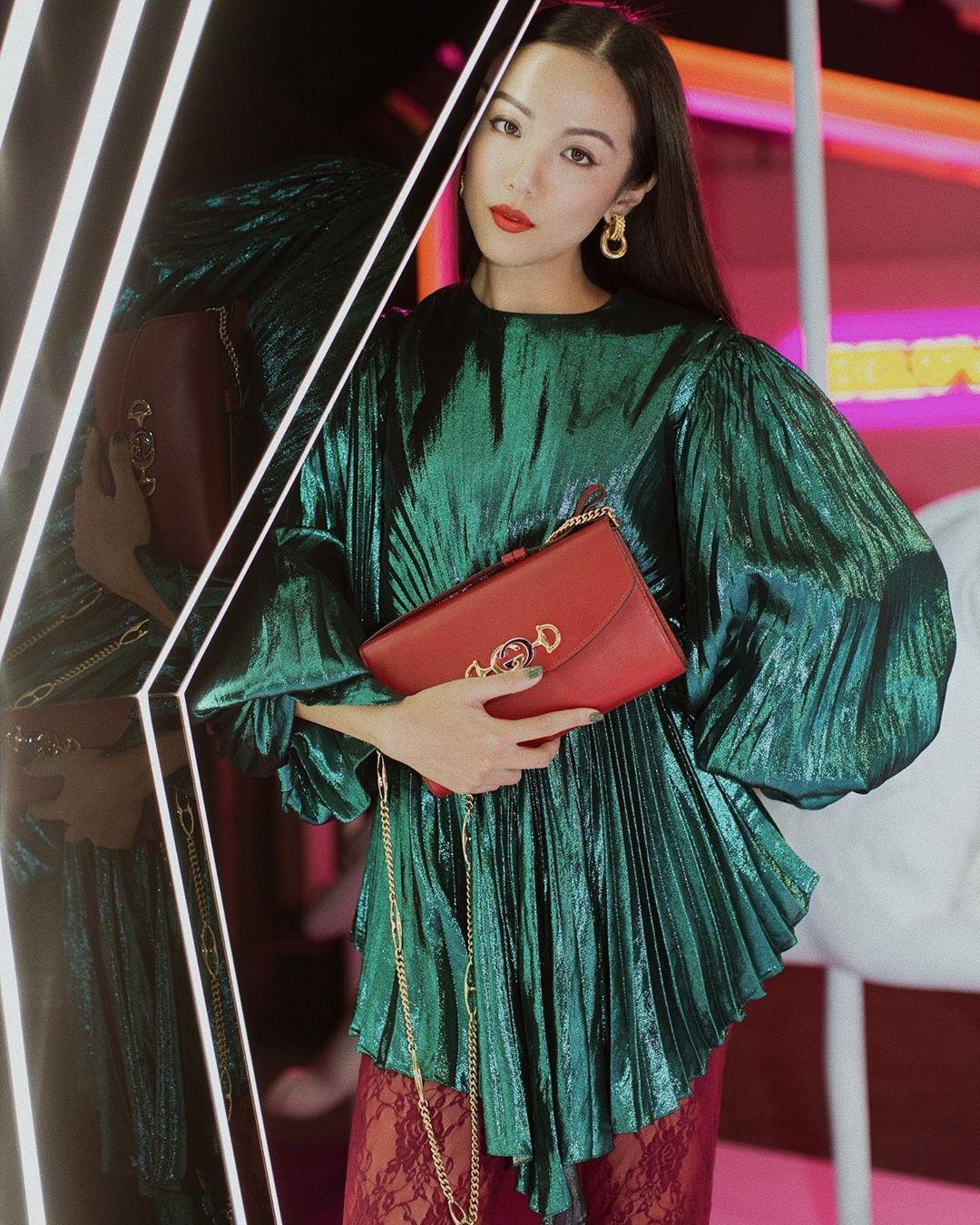 yoyokuala phối đầm màu xanh lục với túi xách đỏ