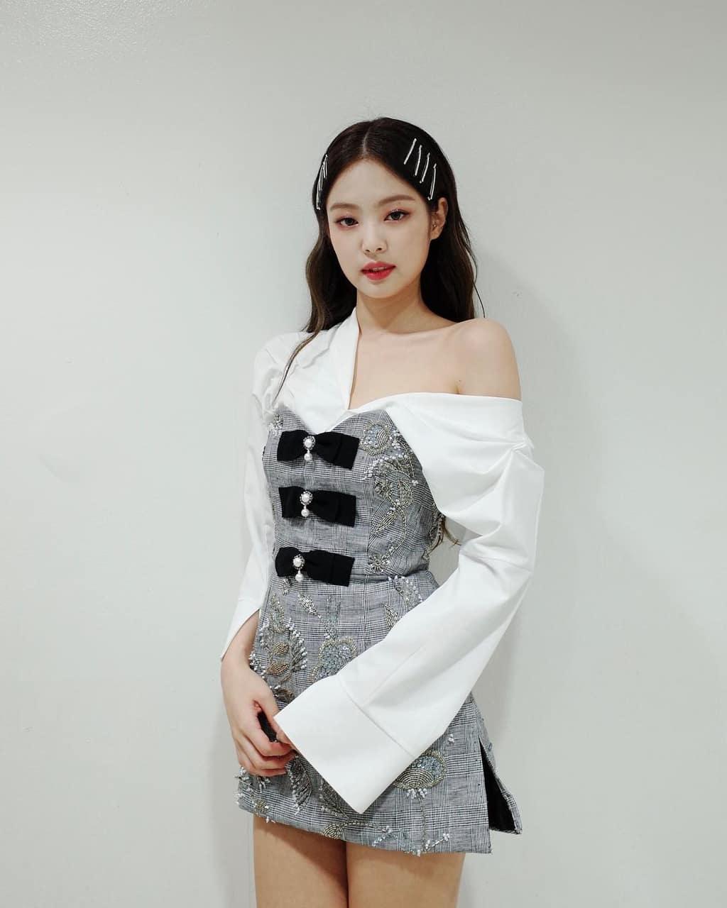 jennie kim mặc áo sơ mi rộng thành áo trễ vai