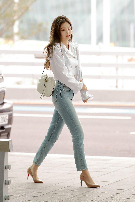 jennie kim phối áo sơ mi rộng và quần jeans giày cao gót