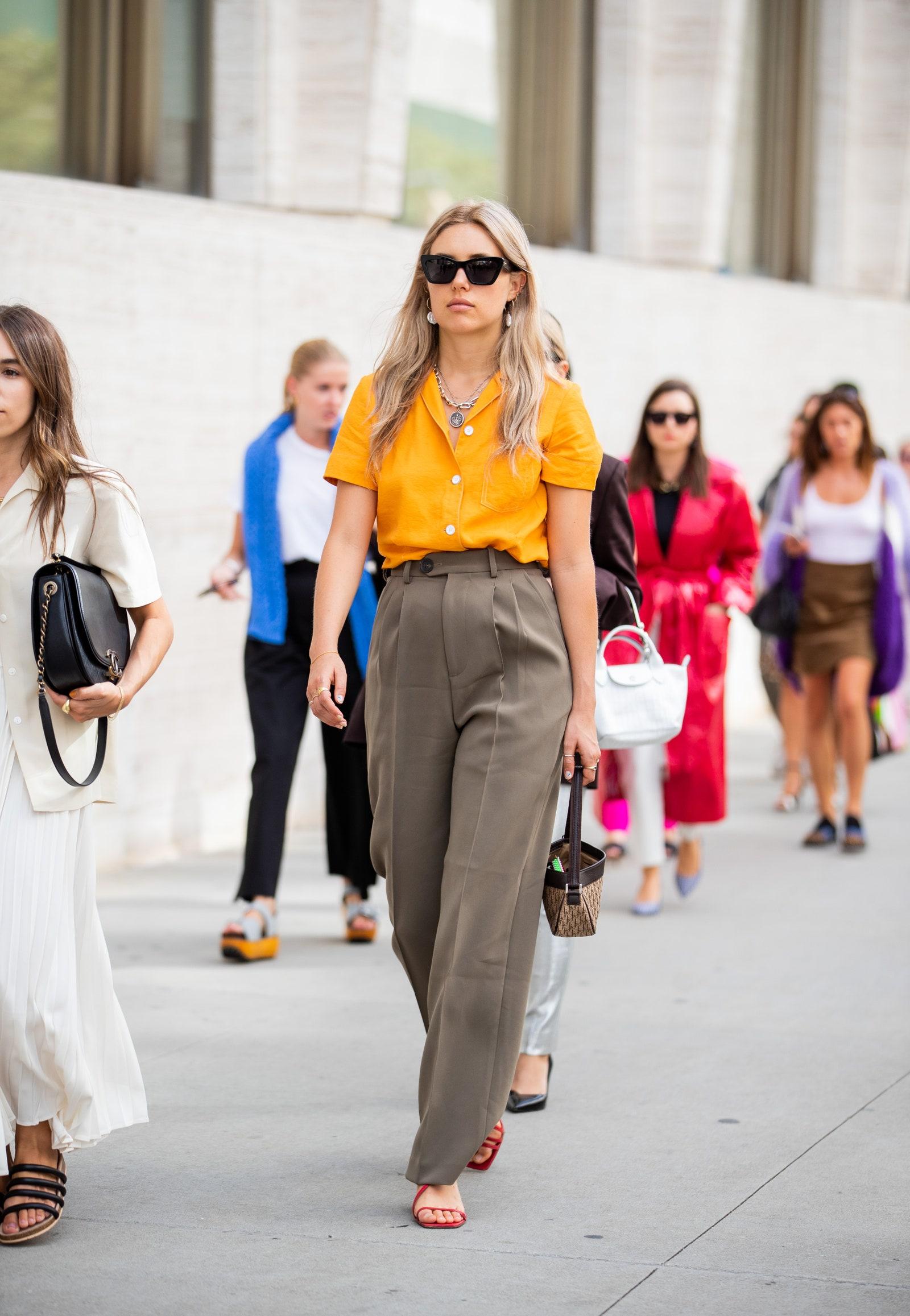 fashionista mặc áo vàng mù tạt và quần nâu
