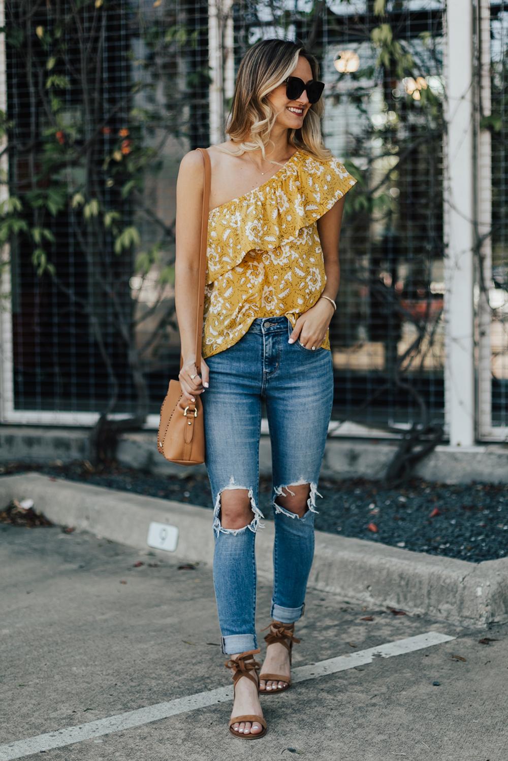 livvyland mặc áo vàng mù tạt và jeans