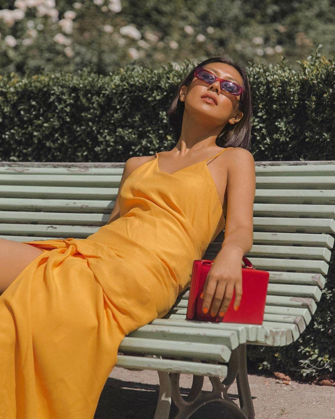 lizzuy mặc đầm vàng mù tạt và túi xách đỏ