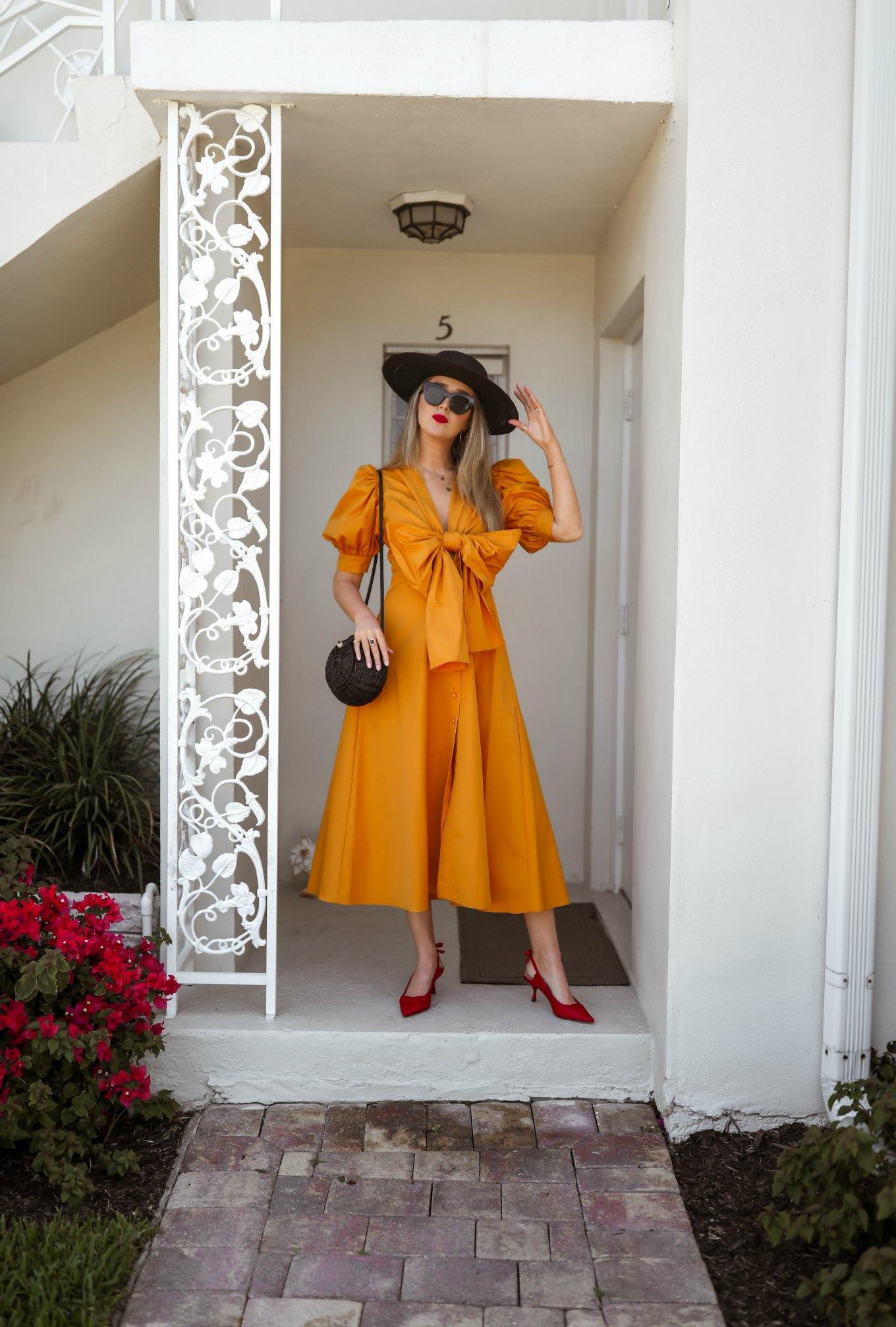 menorandum mặc đầm vàng mù tạt và giày đỏ