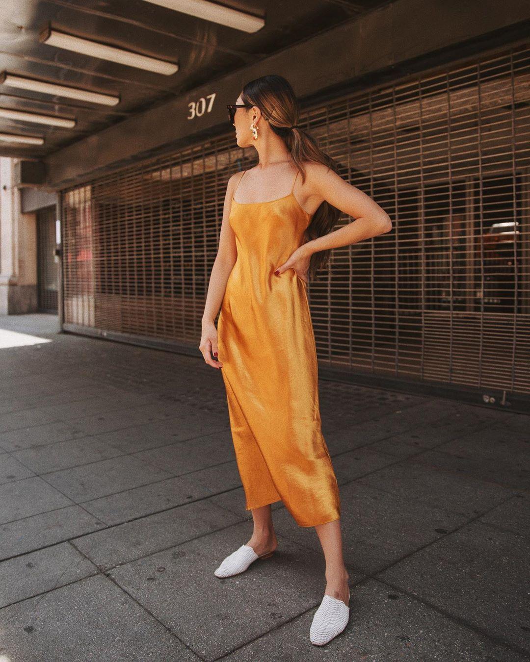 sophiachang mặc đầm vàng mù tạt và giày trắng