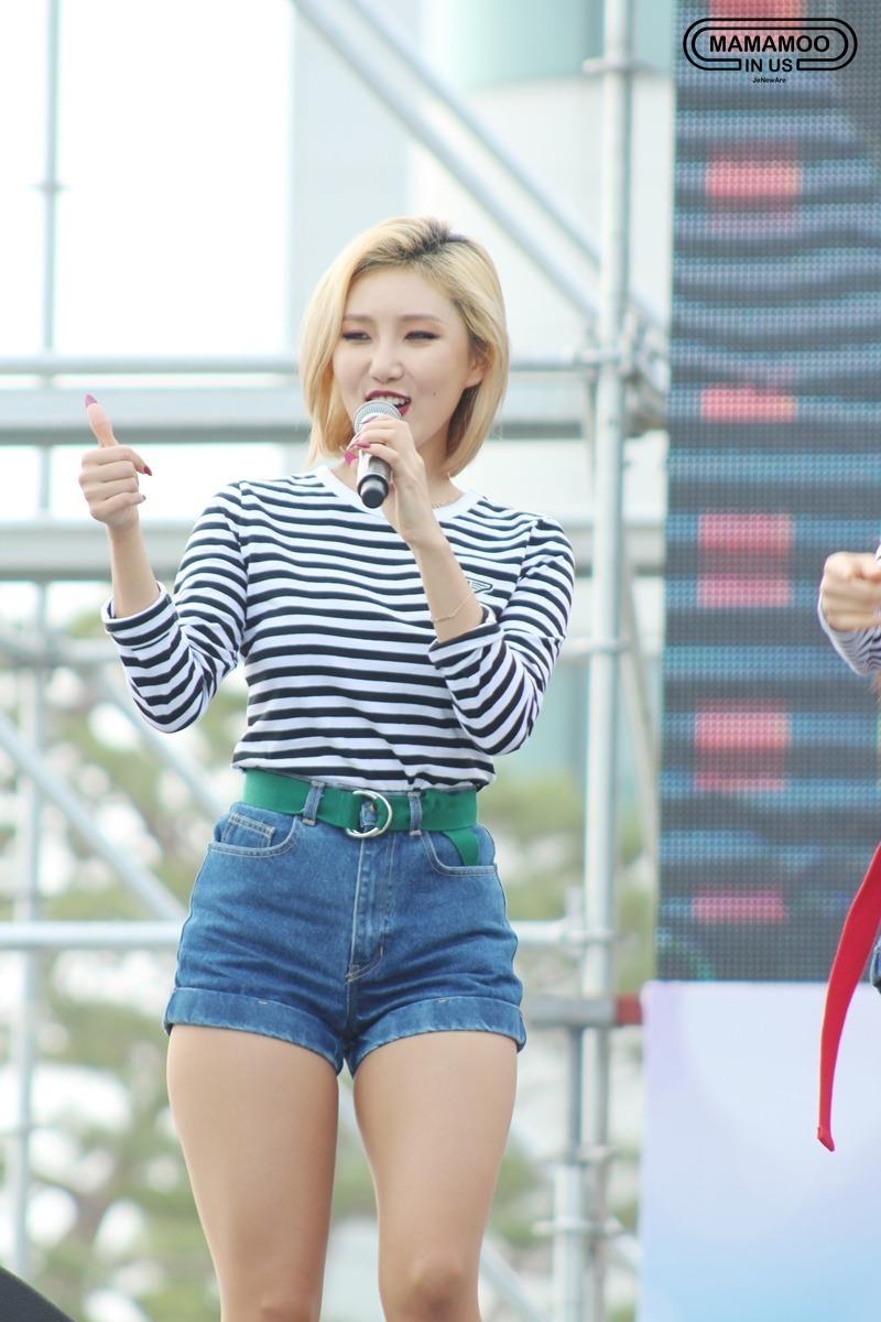 Mặc đẹp cho dáng người quả lê như Hwasa với áo kẻ sọc và quần shorts jeans