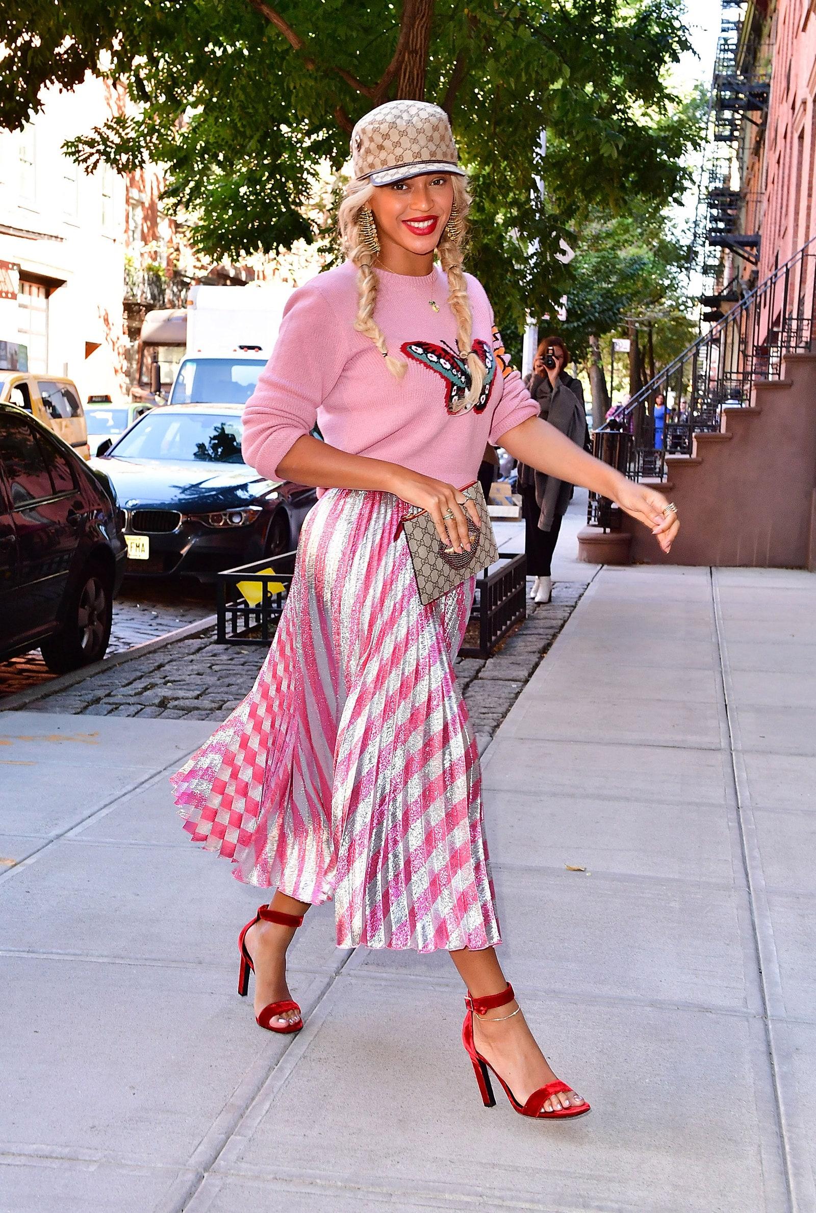 Mặc đẹp cho dáng người quả lê như Beyonce với chân váy xếp ly kẻ sọc