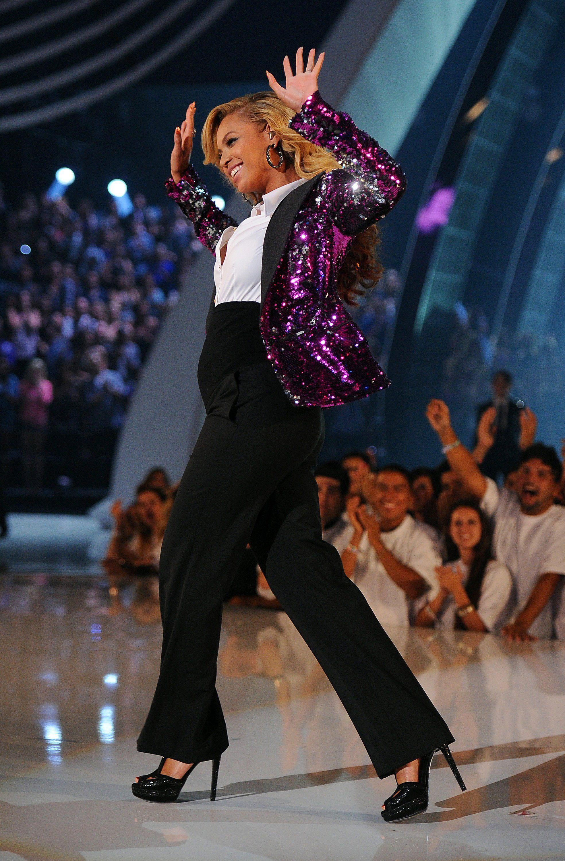 Mặc đẹp cho dáng người quả lê như Beyonce với quần âu đen, áo sơ mi trắng và áo blazer kim tuyến