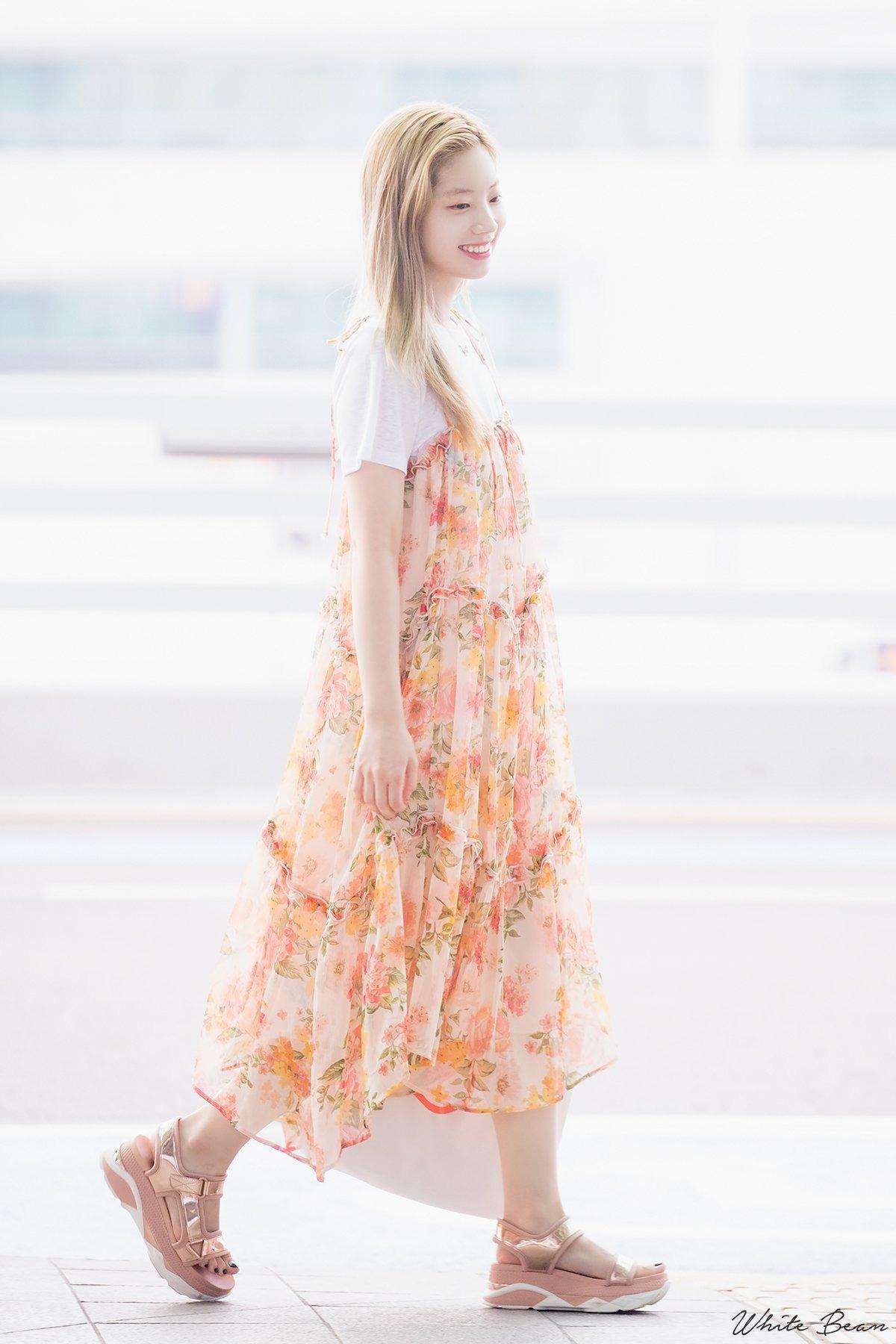 Mặc đẹp cho dáng người quả lê như Dahyun (TWICE) với đầm voan hoa màu pastel