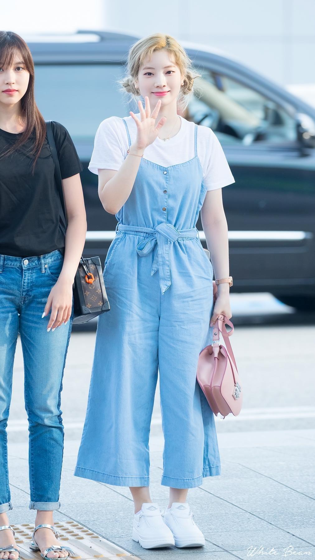 Mặc đẹp cho dáng người quả lê như Dahyun với quần yếm jeans ống rộng