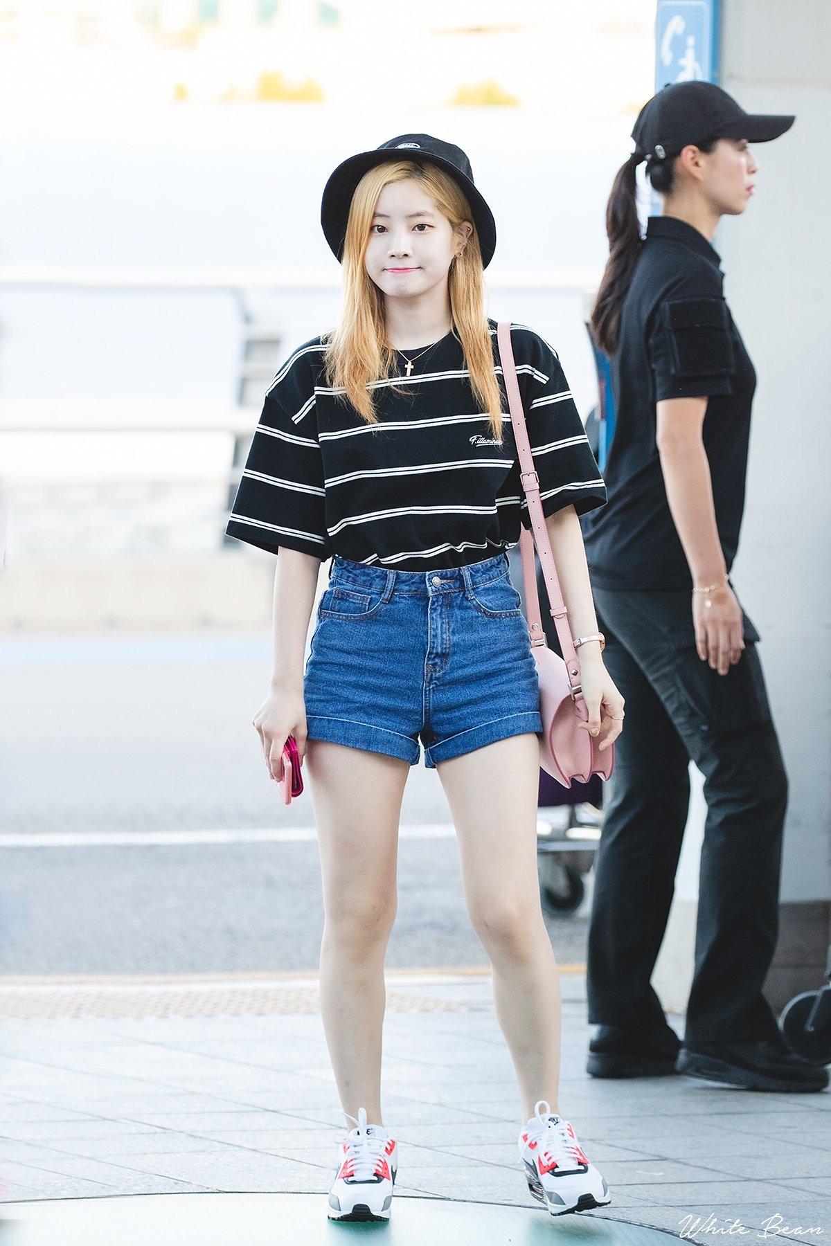 Mặc đẹp cho dáng người quả lê như Dahyun với áo kẻ sọc và quần shorts jeans